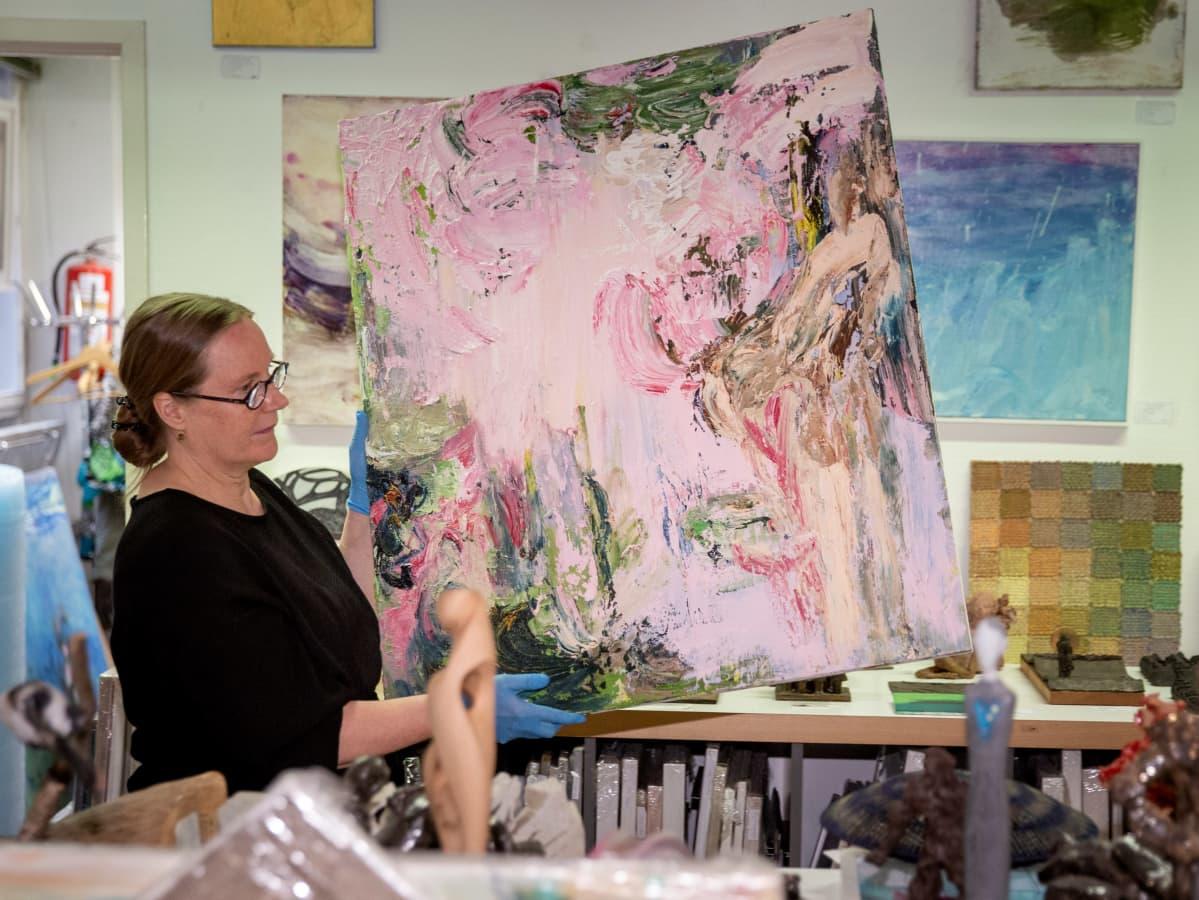 Eeva Muona Helsingin taiteilijaseuran taidelainaamo