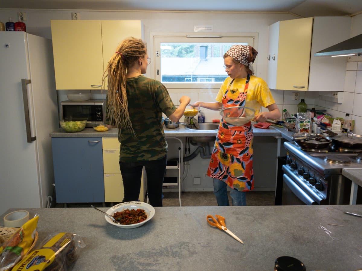 Kuura Virtanen ja Heta Ikäheimo laittavat tortilloja.