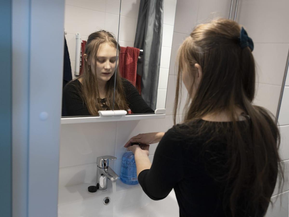 Kia Vinqvist pesee käsiä.