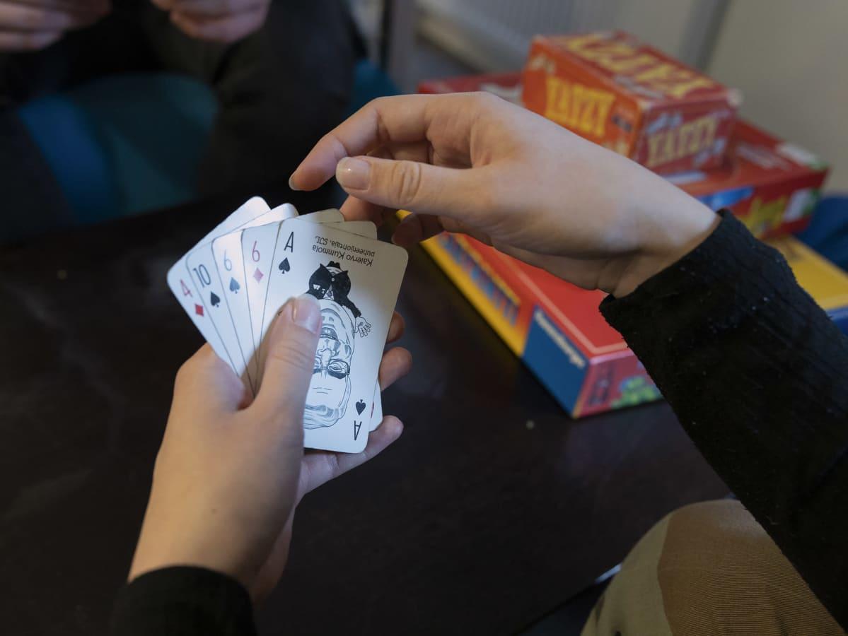 Korttipelin käsi.