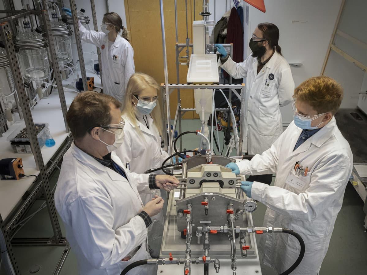 Tutkimusryhmä testaa laitteita Jyväskylän yliopiston laboratoriossa.