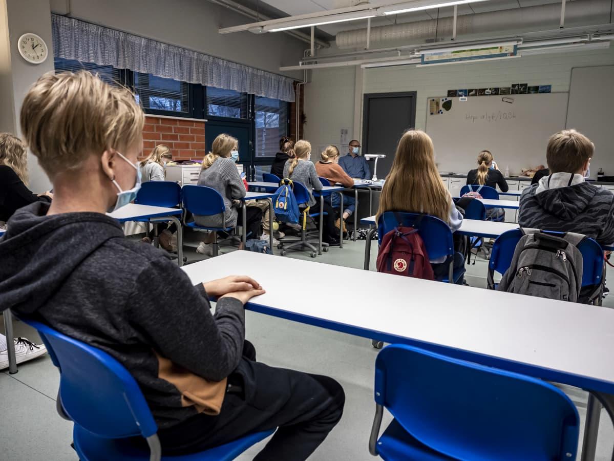 Rajakylän koulussa opettaja opettaa opiskelijoita