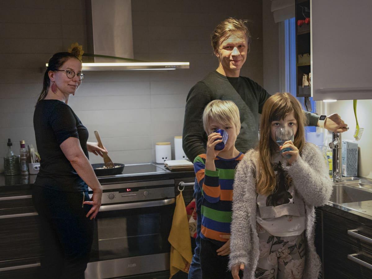 Silvennoisen perhe keittiössä.