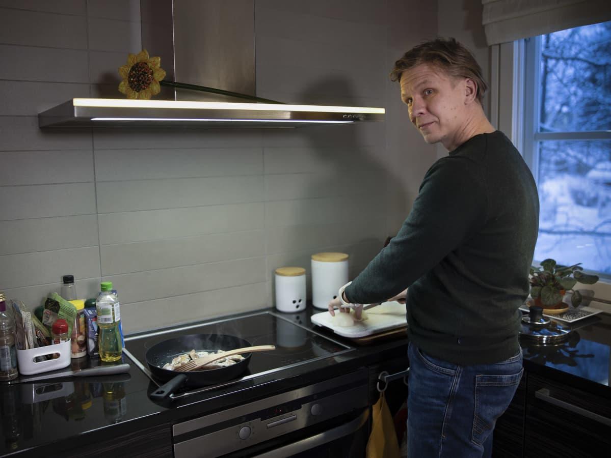 Antti Silvennoinen tekee ruokaa.