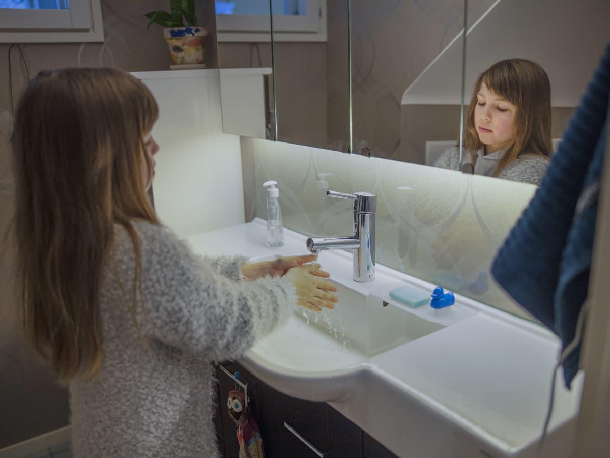 Ada Silvennoinen pesee käsiään.
