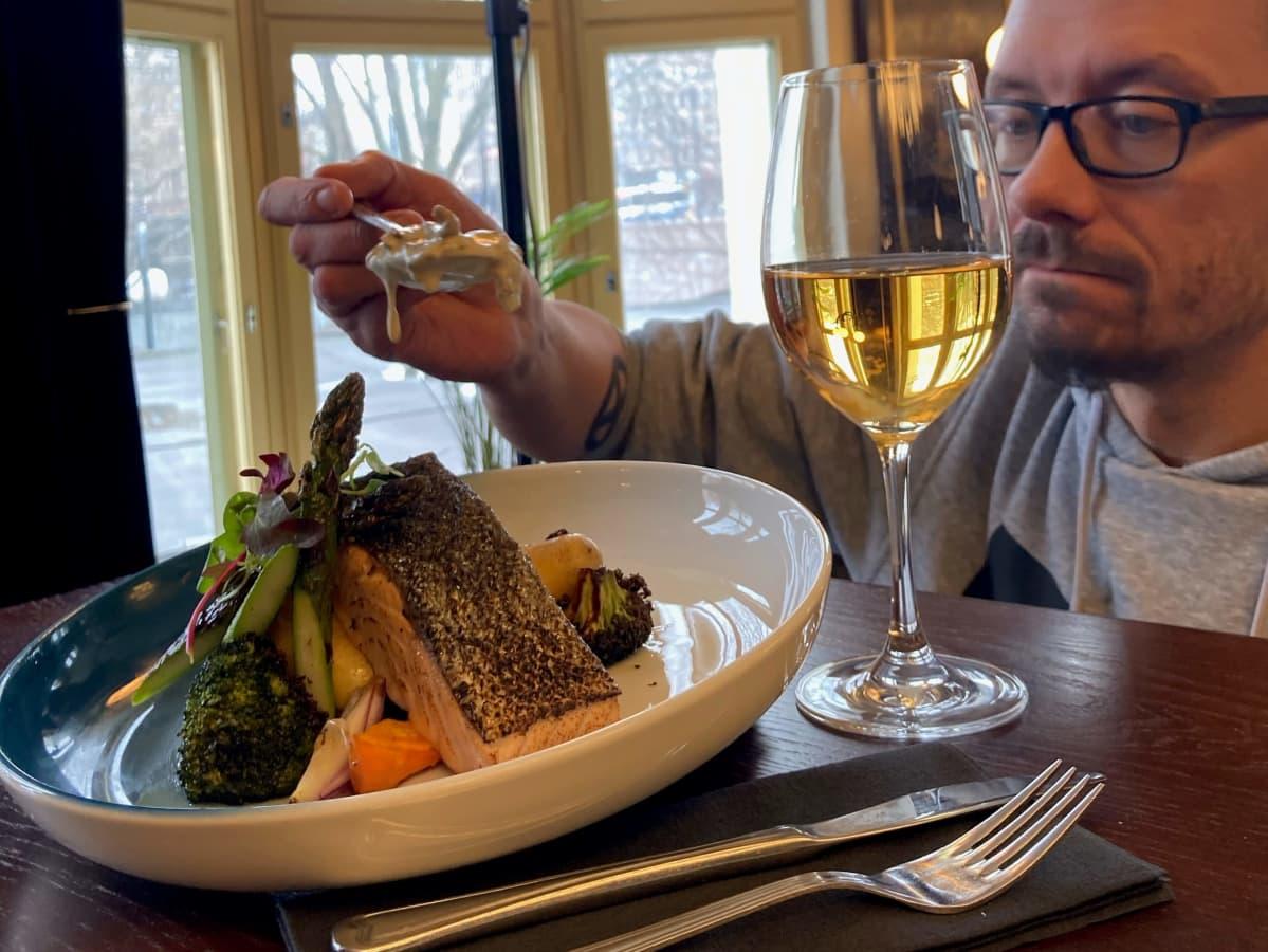 Keittiömestari Sami Alatalo asettelee kastiketta kuvattavalle lautaselle