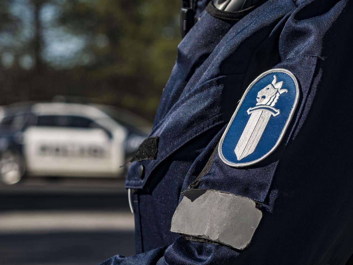 Poliisin hiha ja auto takana
