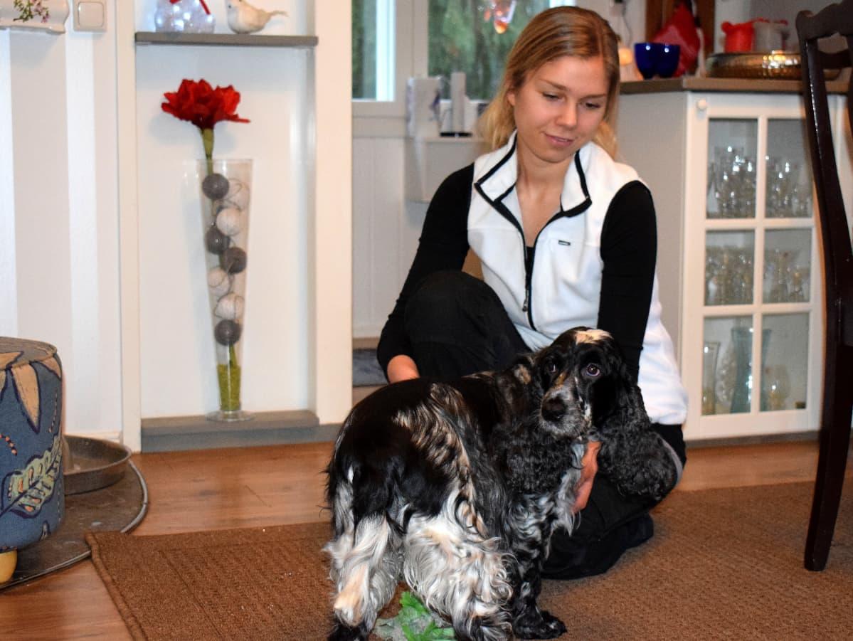 Mirva Paasonen koiran kanssa