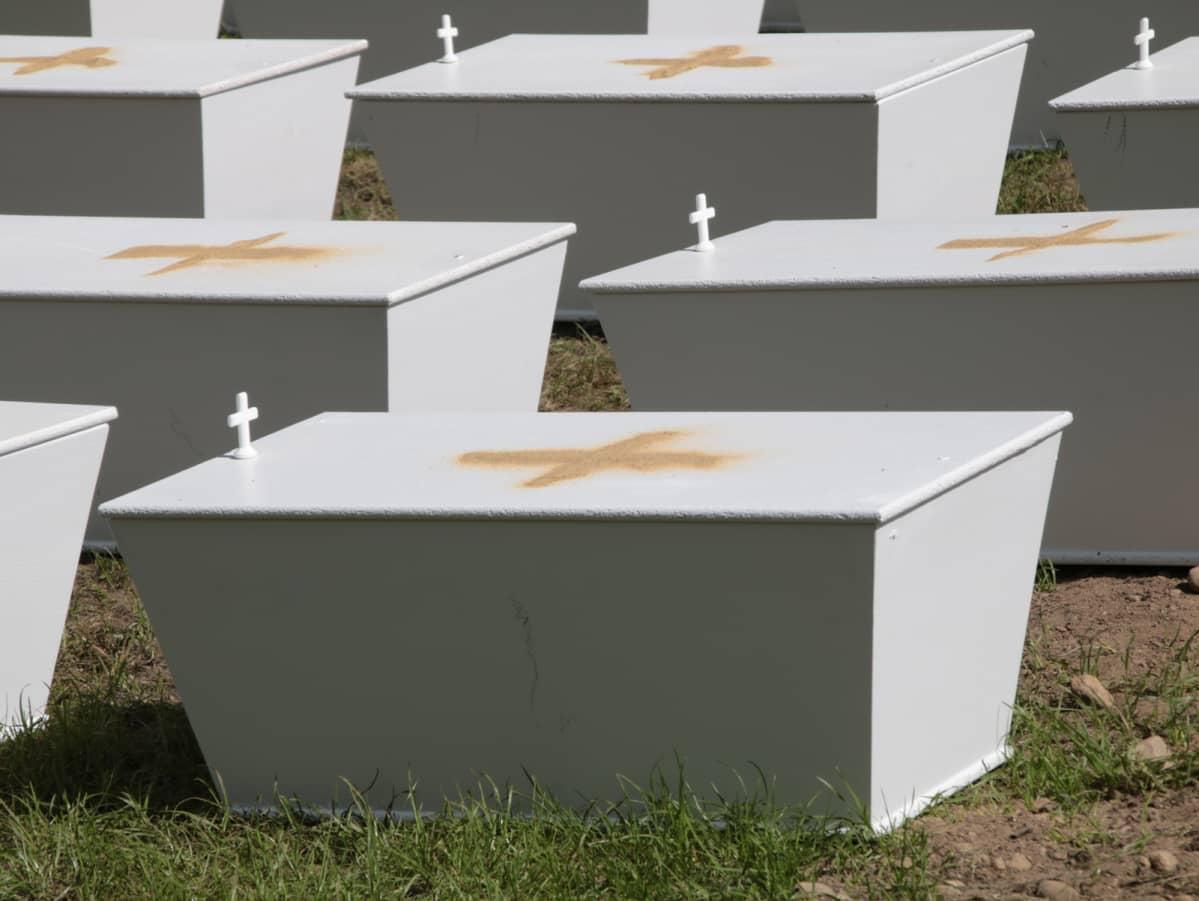 Arkkuja hautausmaalla