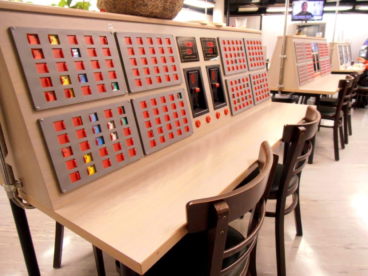 Pelipöytä bingohallissa.