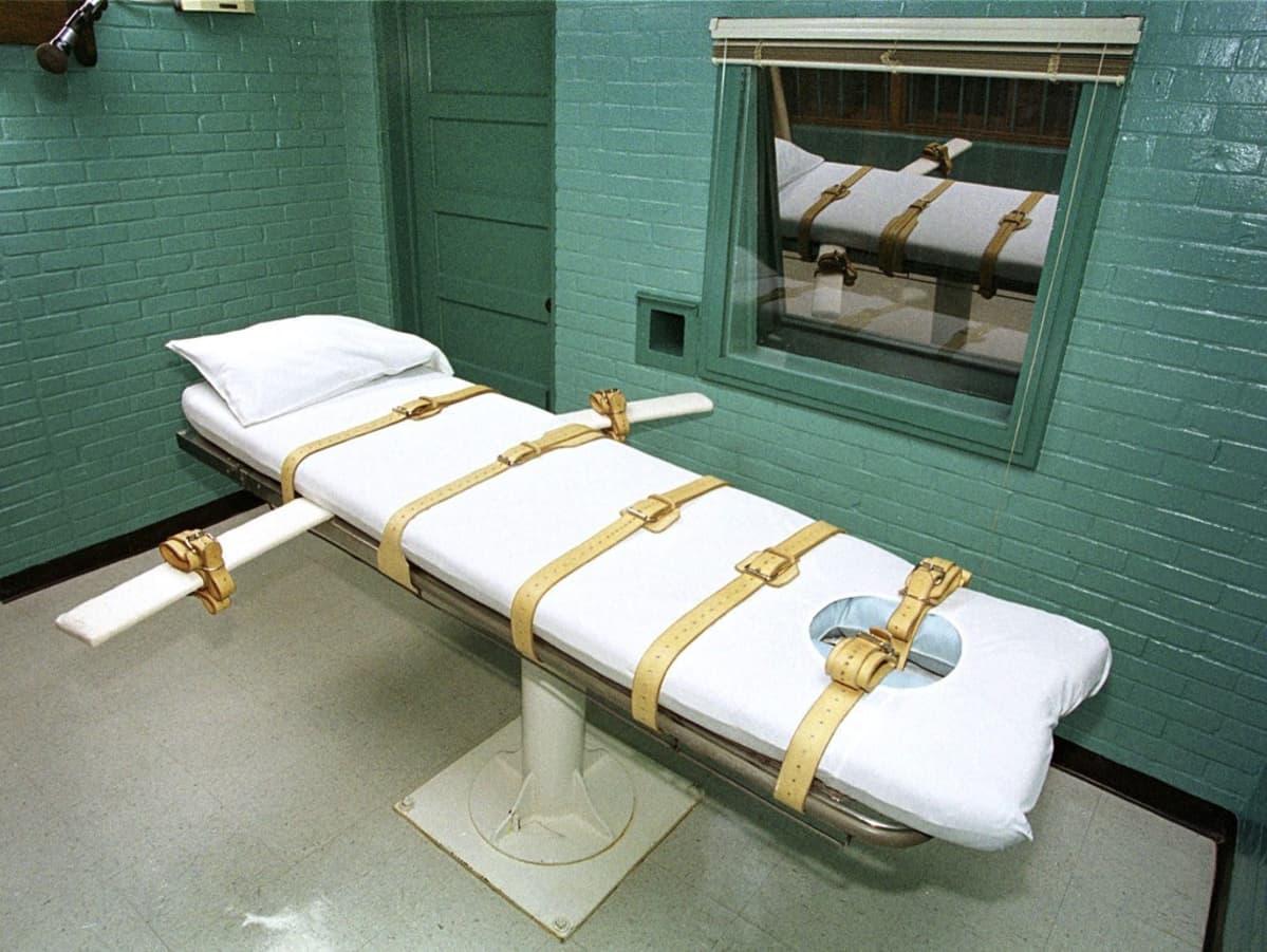 Sänky, jolle kuolemaantuomittu menee makaamaan. Huoneessa ovat vihreät seinät ja ikkuna, josta ei näe läpi.