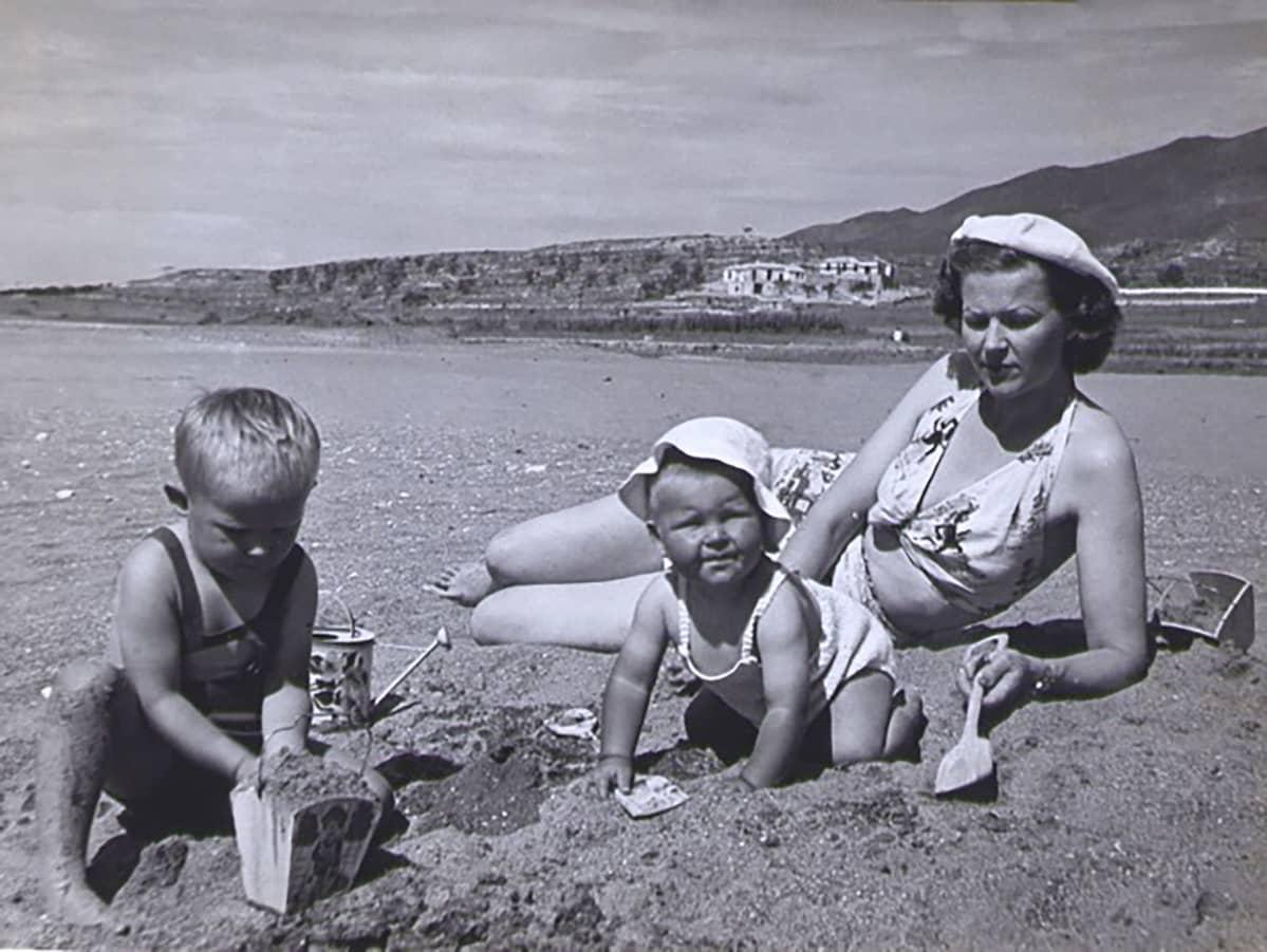 Nuori Hannu Hallamaa äitinsä kanssa Marbellan rannalla vuonna 1948
