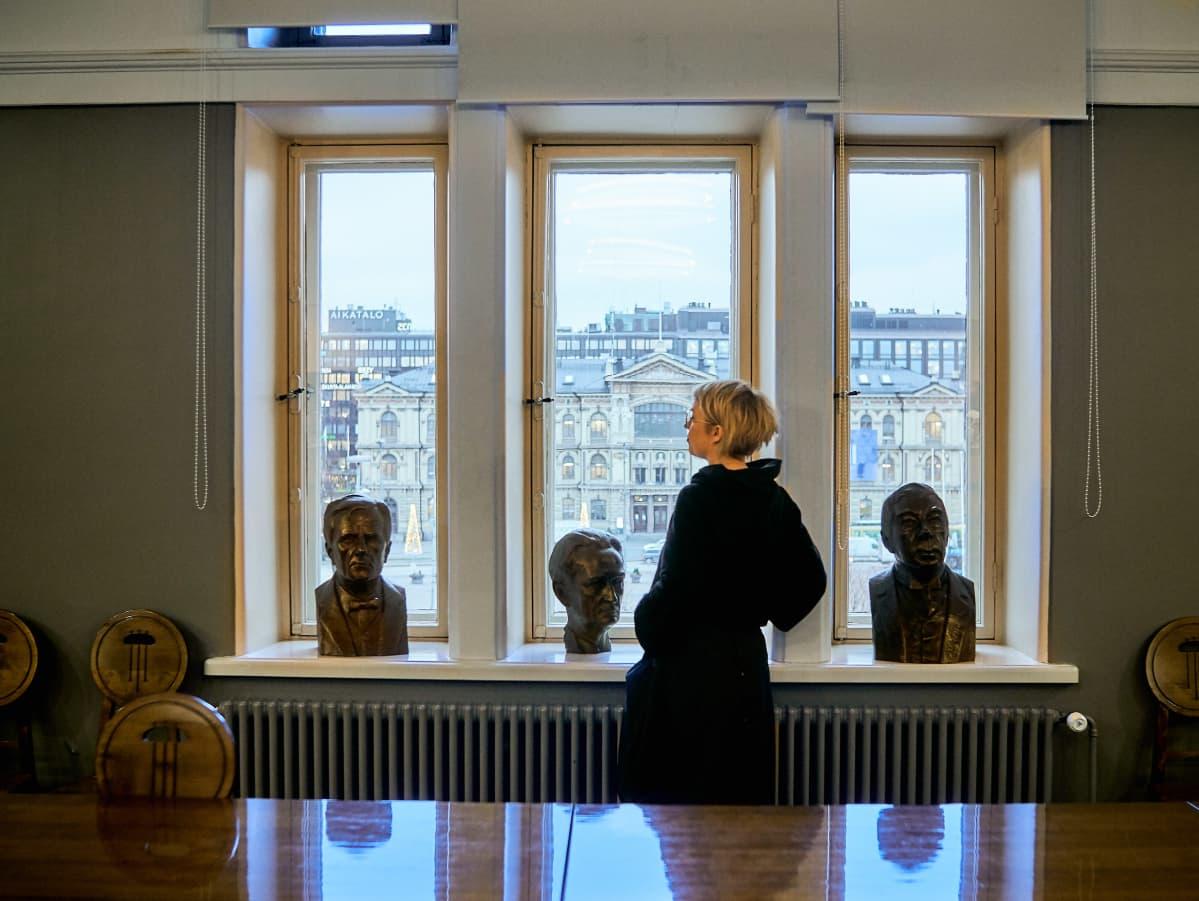 Anne Rautiainen ikkunan ääressä