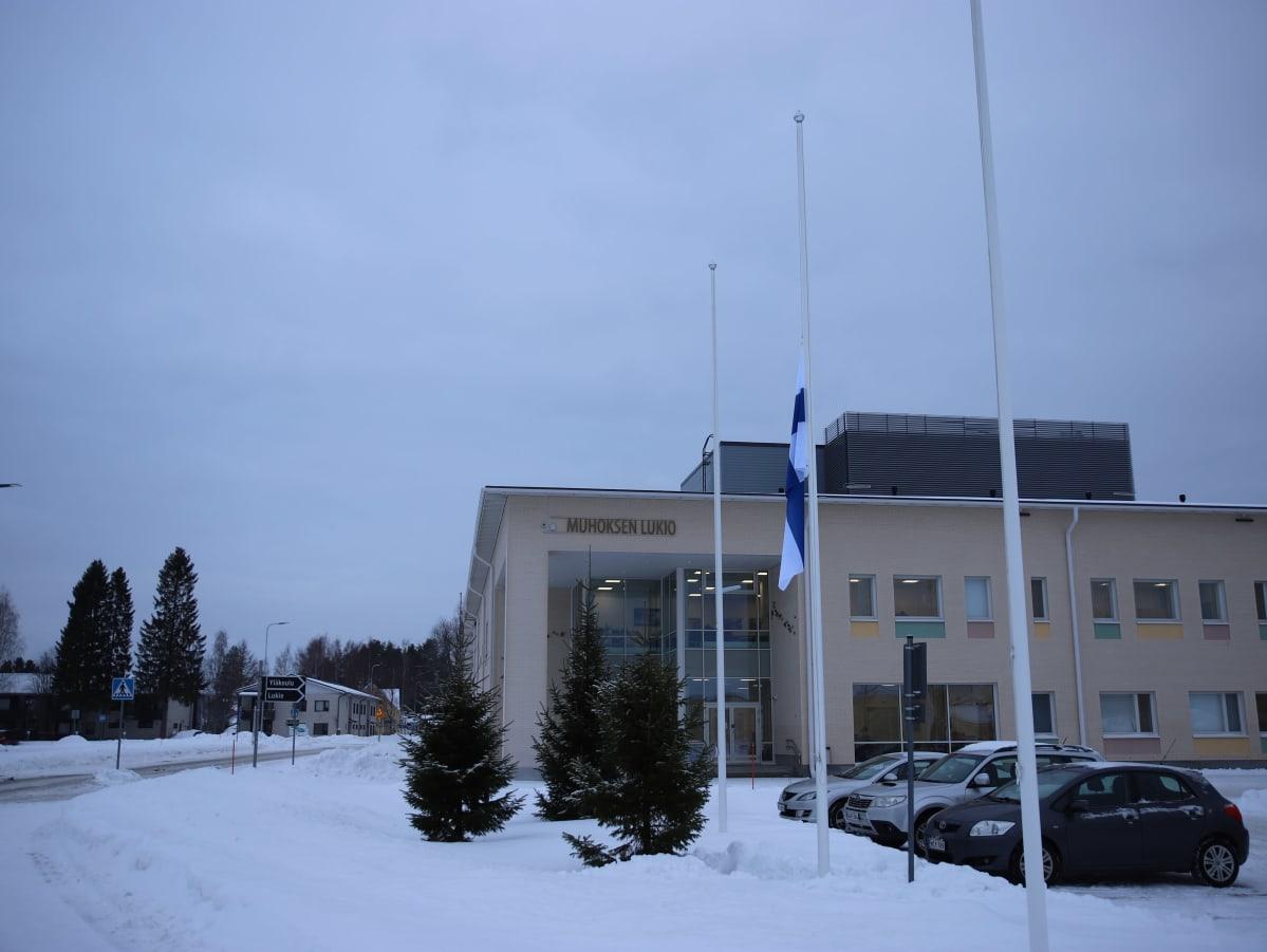 Suruliputus Muhoksen yläkoululla perhesurman jälkeen tammikuussa 2021.