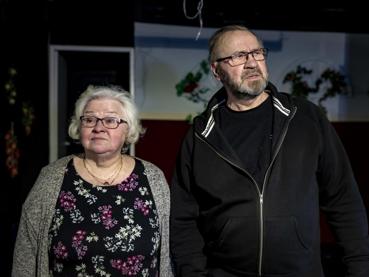 Taivalkoskelaiset Airi Seppänen ja Jouko Takanen katselevat huolestuneina tyhjää teatteri katsomoa