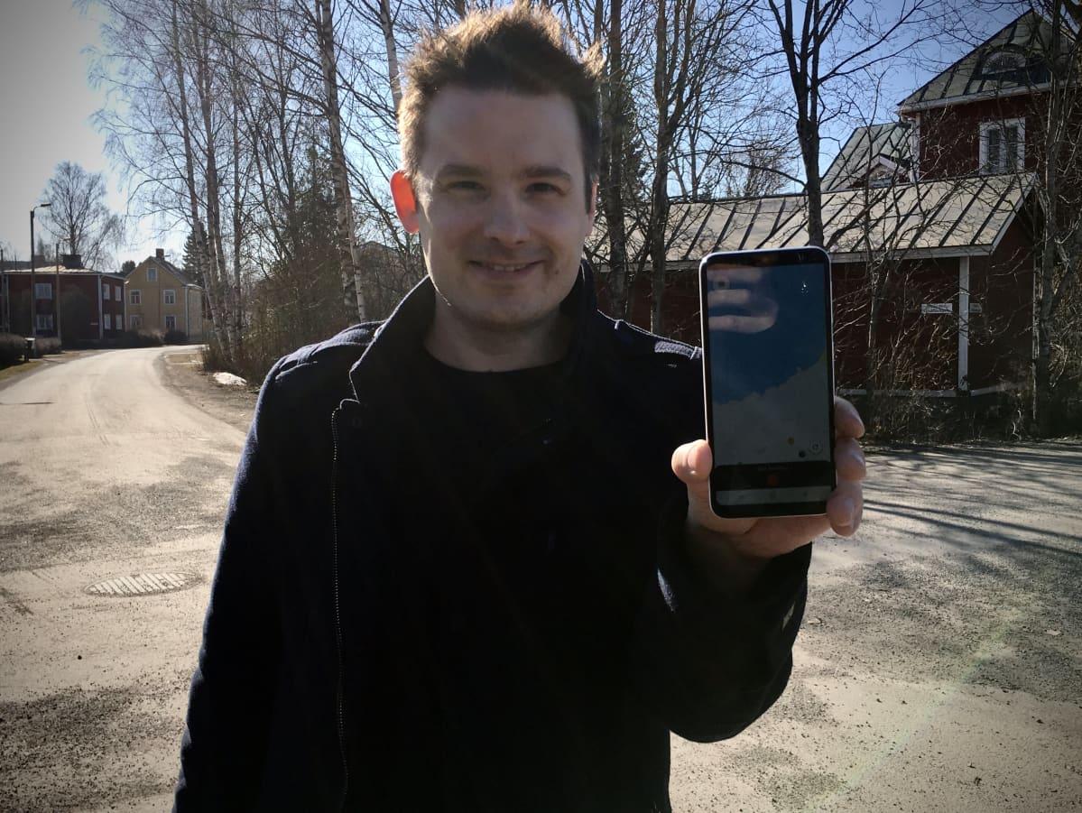 Crowdcupa-yrityksen Tomi Paju esittelee mobiilisovellusta.