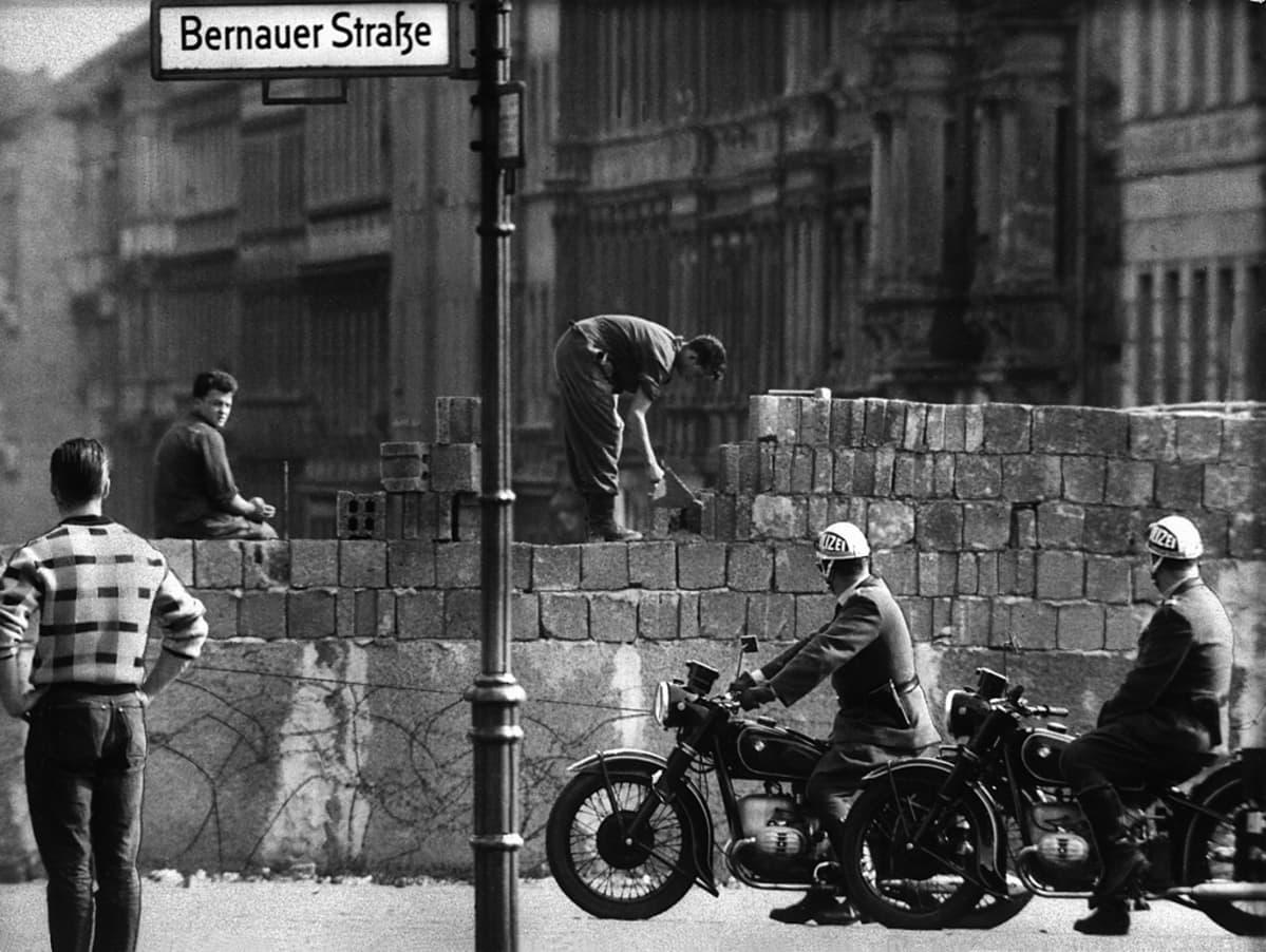 Berliinin muuria korotetaan Bernauer Strassella elokuussa 1961.