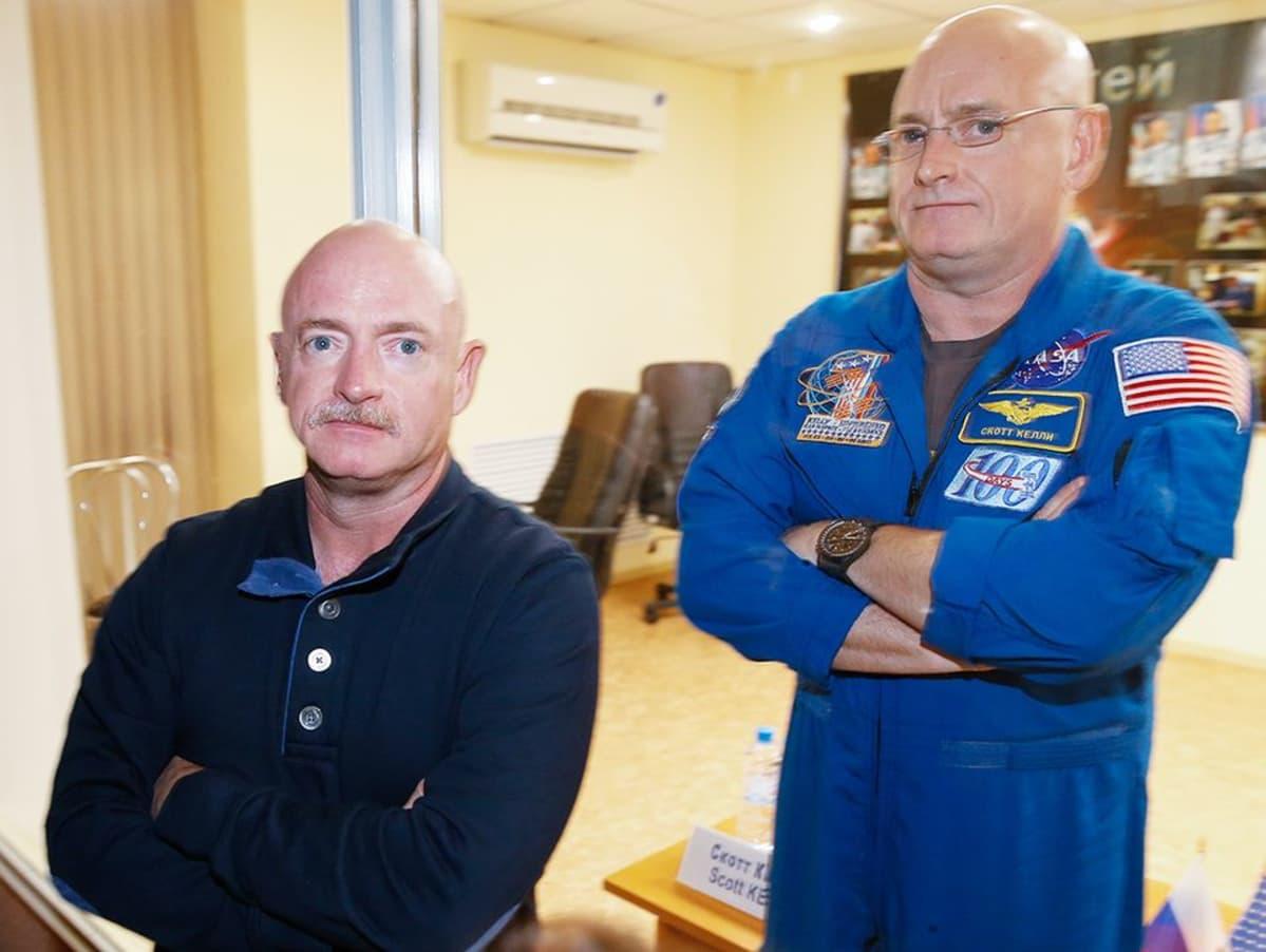 NASAn astronautti Scott Kelly (oik.) ja hänen identtinen kaksosensa, eläkkeelle jäänyt astronautti Mark Kelly lehdistötilaisuudessa Baikonurin avaruuskeskuksessa Kazakstanissa 25. maaliskuuta.