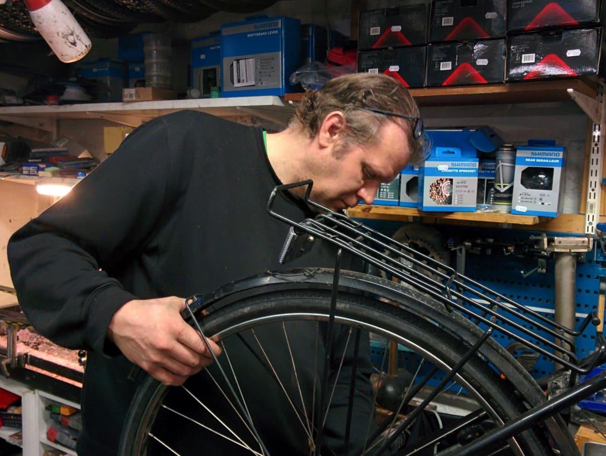 Pasi Högnäsbacka korjaa polkupyörää.