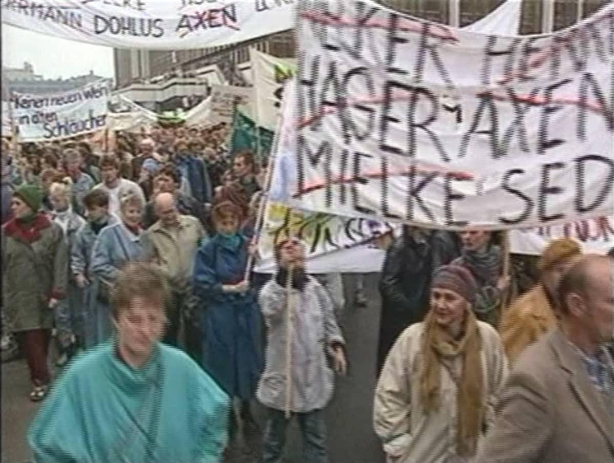 Mielenosoitus Berliinissä 1989.