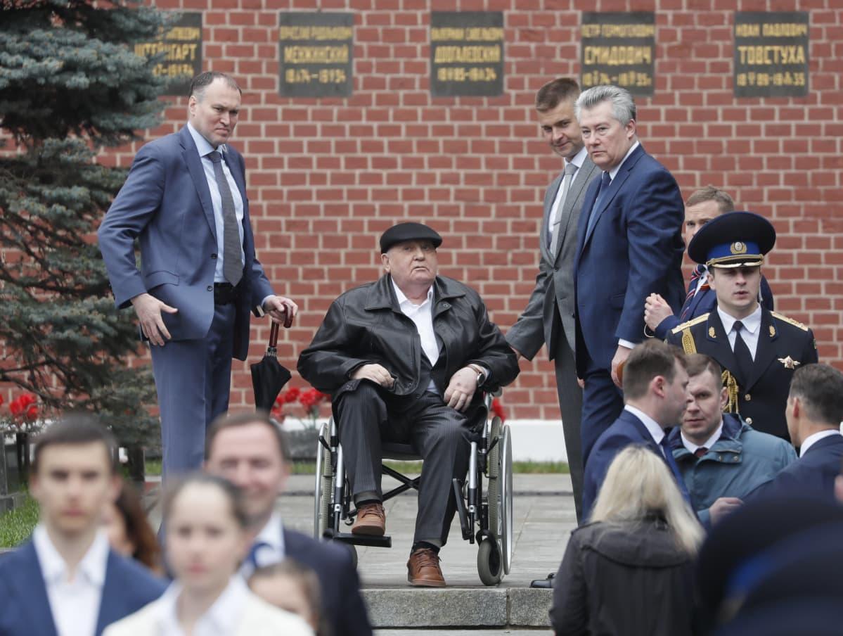 Mihail Gorbatšov pyörätuolissa Voiton päivän paraatia seuraamassa Moskovassa vuonna 2019.