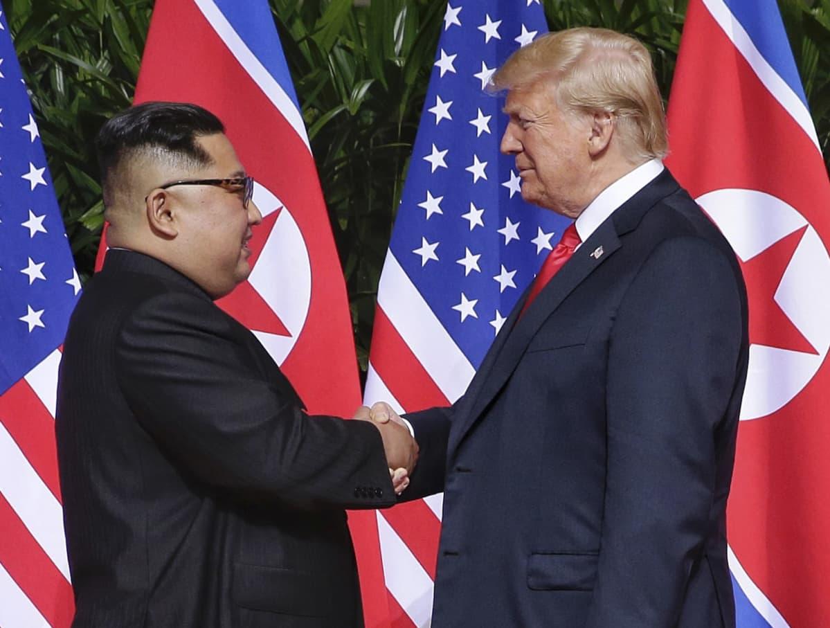 Historiallinen kädenpuristus. Kim Jong-un tapasi Yhdysvaltain presidentin, Donald Trumpin Singaporessa 12. kesäkuuta 2018.
