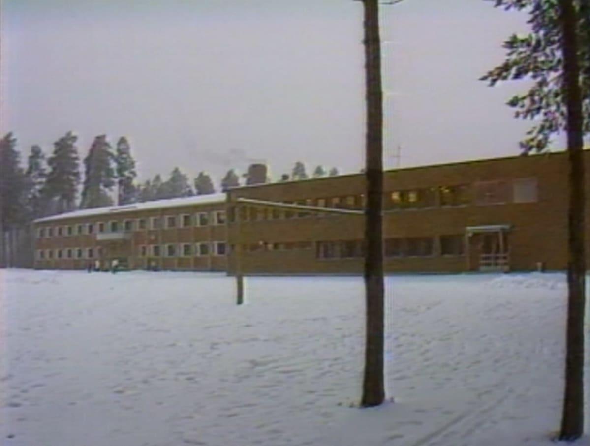 Tämän lukion lakkauttamisuhasta kapina sai alkunsa. Kuva Mikkelin Kalevankankaan lukiosta vuodelta 1984. Koulurakennus purettiin vuonna 2013.
