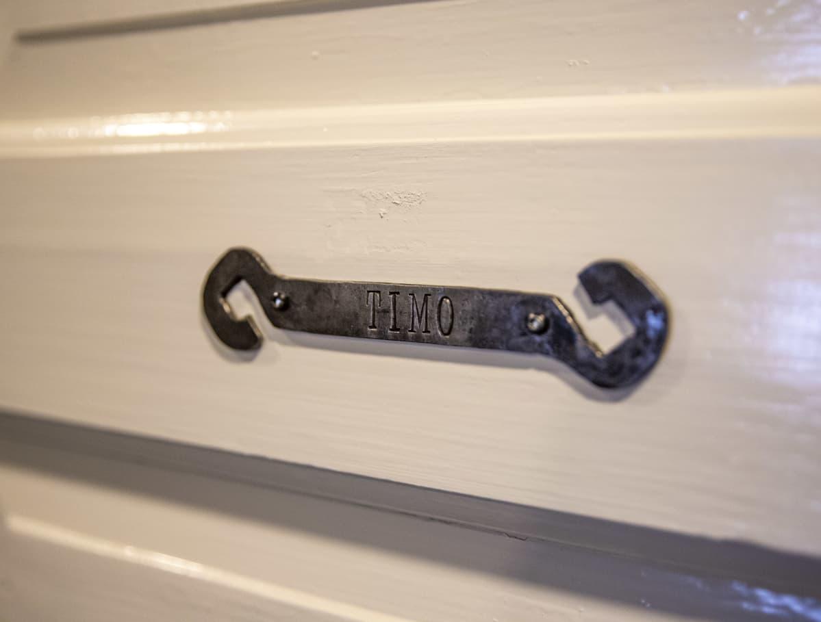 Seitsemän veljestä -kirjan Timon mukaan nimetyn huoneen ovikyltti.