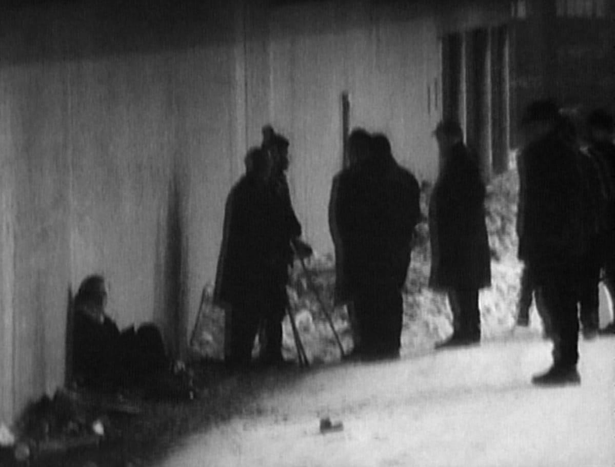 """Varjojen väkeä Helsingistä. Kuva on Yleisradion tv-ohjelmasta  """"Asunnottomat alkoholistit. Rappioalkoholistiongelma"""" vuodelta 1968. Aiheesta olivat keskustelemassa Osmo Toivola, Lenni Lehtimäki, Reino Orasmala, Maria Schulgin (Marraskuun liike), Arvo Raatikainen ja Osmo Visuri."""