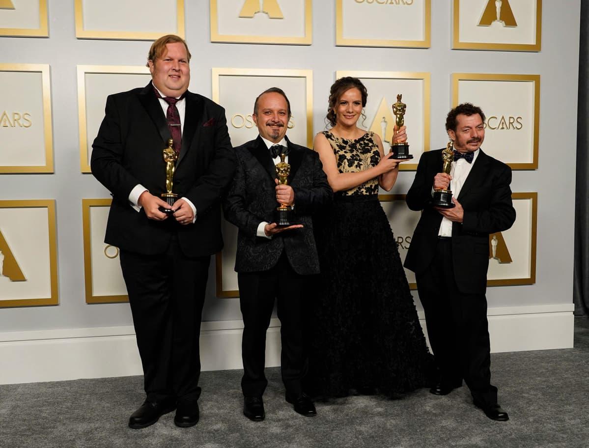 Phillip Bladh, Carlos Cortes, Michellee Couttolenc ja Jaime Baksht kävivät pokkaamassa Oscarin Sound of Metal elokuvan äänisuunnittelusta.