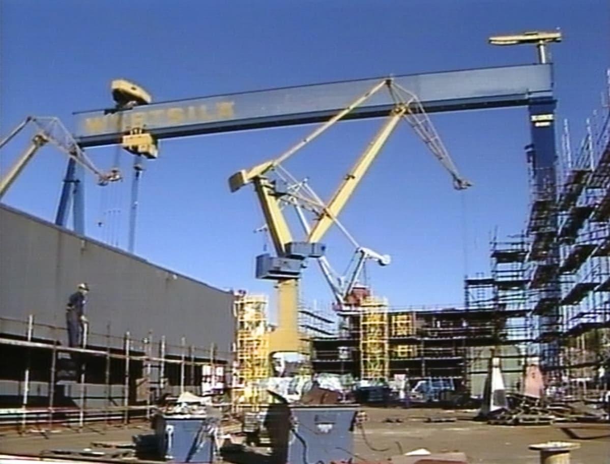 Laivanrakennusta Wärtsilä Meriteollisuuden Helsingin telakalla vuonna 1989.