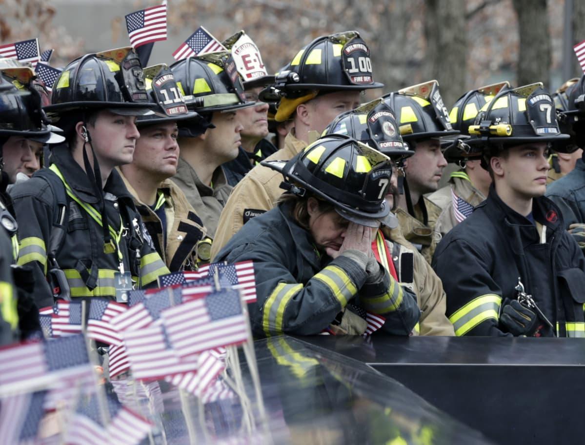 New Yorkin iskuissa menehtyi 343 palomiestä. Kollegoja muistotilaisuudessa 13.3.2016 World Trade Centerissa.