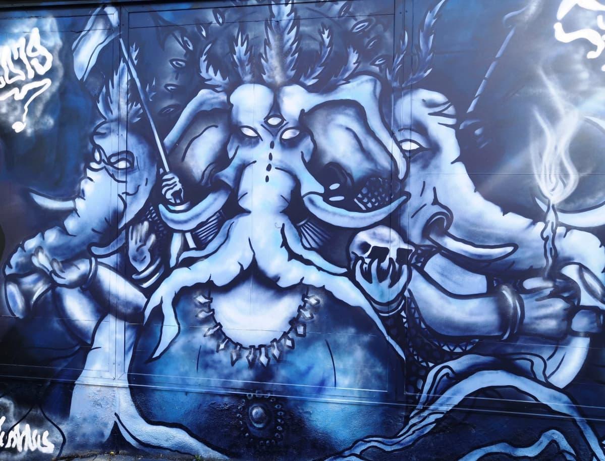 Luvallinen graffiti purettavan liikekeskuksen seinässä Riihimäellä