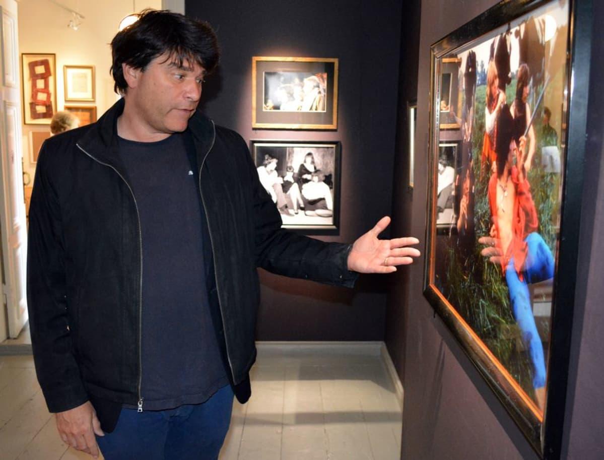 Mark Hayward VB-valokuvakeskuksen Groovy Kind of Life -näyttelyssä.