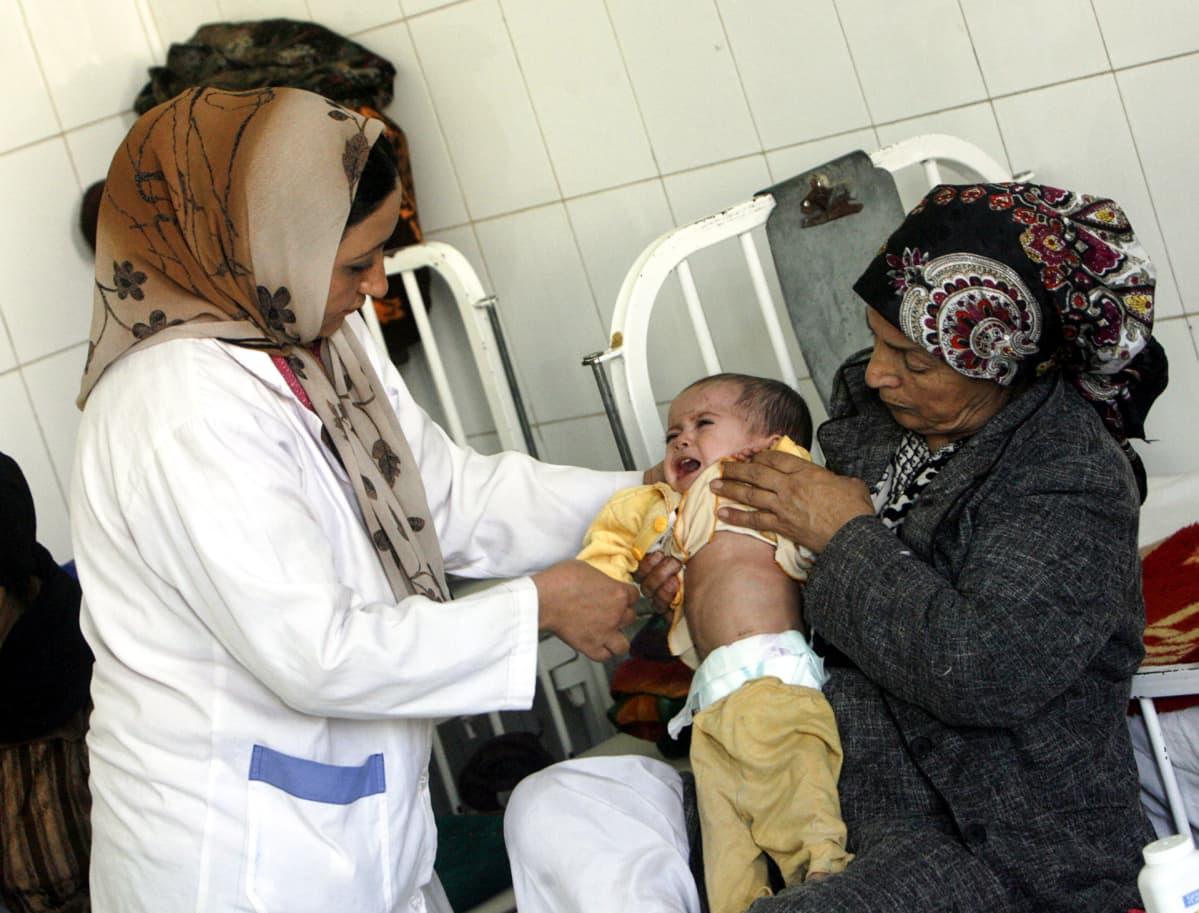 Lasta hoidettiin paikallisessa sairaalassa Heratissa, Afganistanissa 14. tammikuuta 2014.