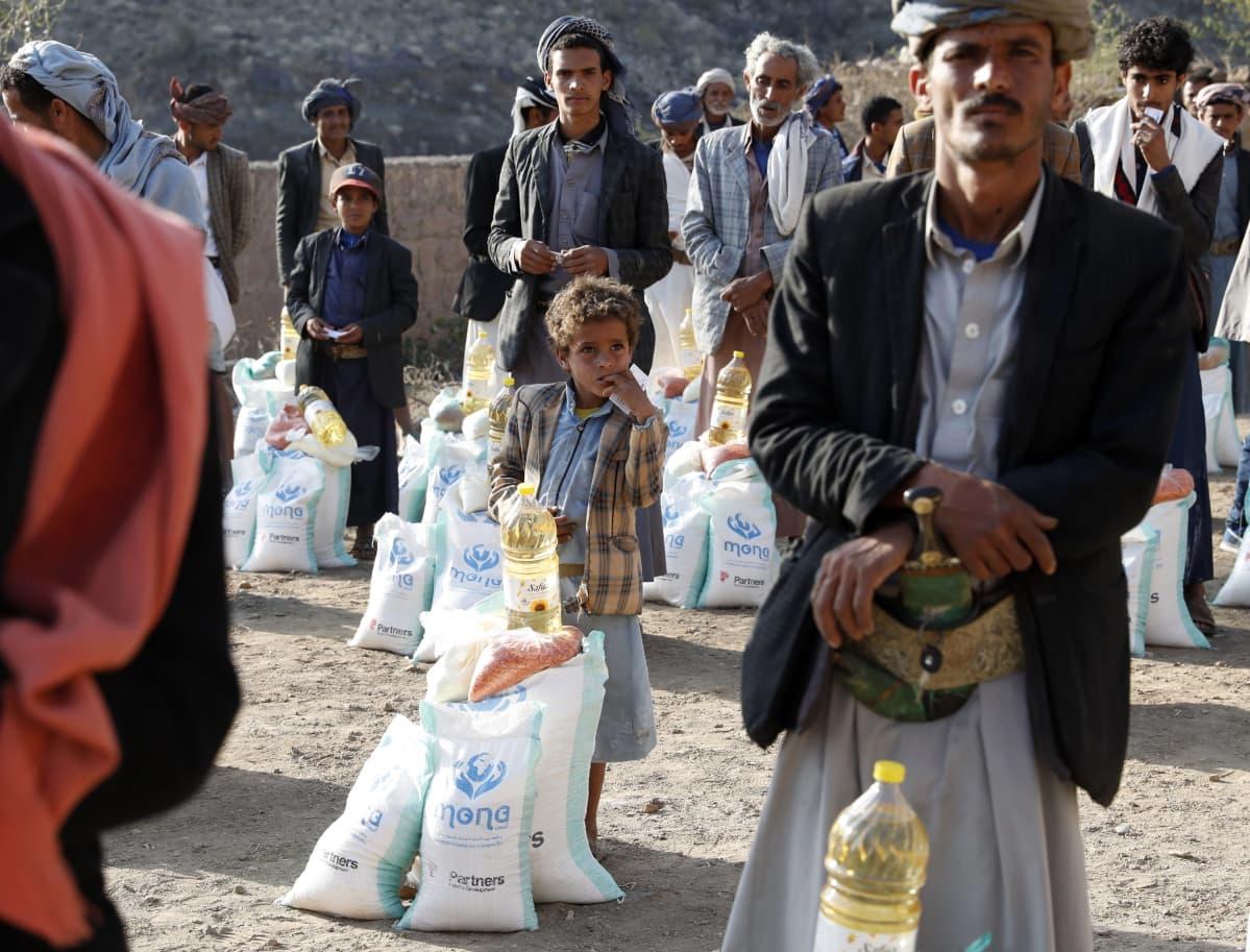 Jeminiläisiä hakemassa ruoka-apua Bani al-Qallamin vuoristokylässä noin sadan kilometrin päässä Jemenin pääkaupungista Sanaasta muutama viikko sitten.