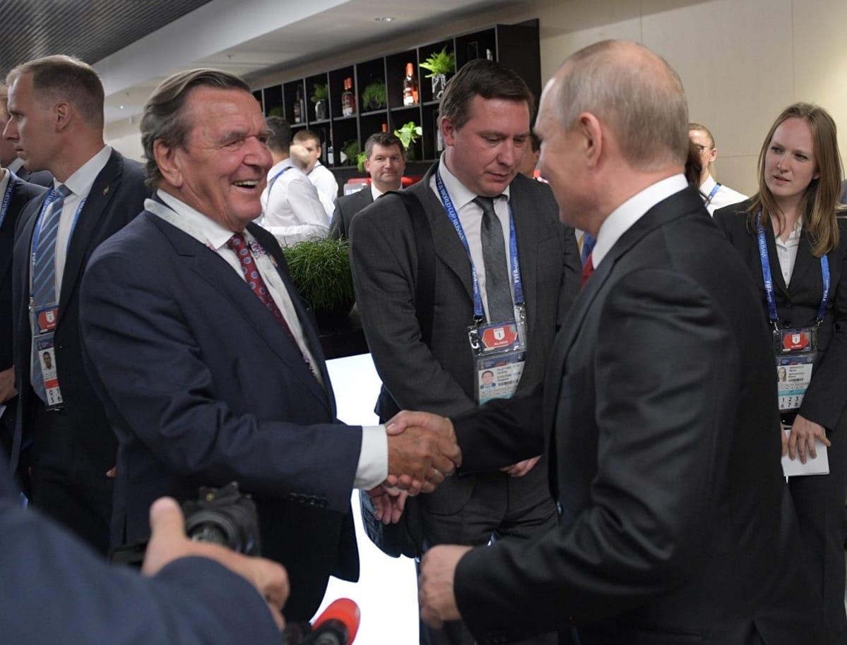 Schröder ja Putin kättelevät.