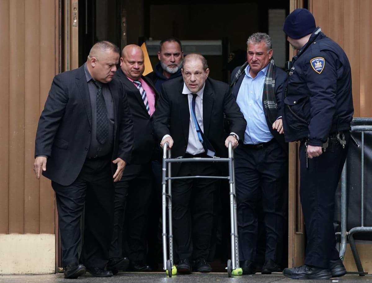 Harvey Weinstein poistui oikeuden istunnosta käyttäen rollaattoria.