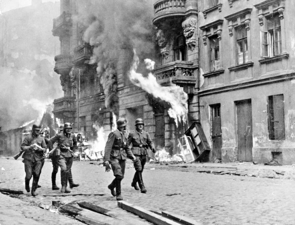 Saksalaisia sotilaita varsovalaisen geton edessä helmikuussa 1944.