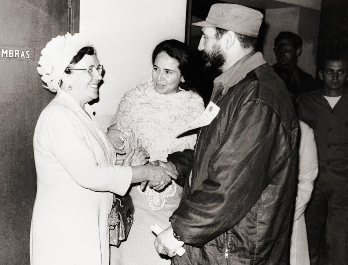 Hertta kuusinen tapaa Fidel Castron huhtikuussa 1971 Kuubassa.
