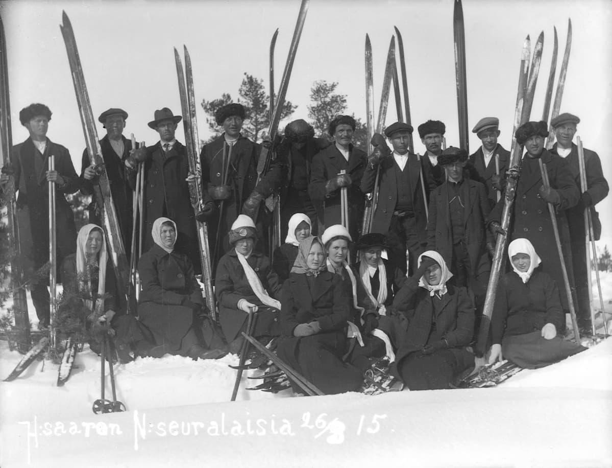 Haapasaaren nuorisoseuralaiset hiihtoretkellä