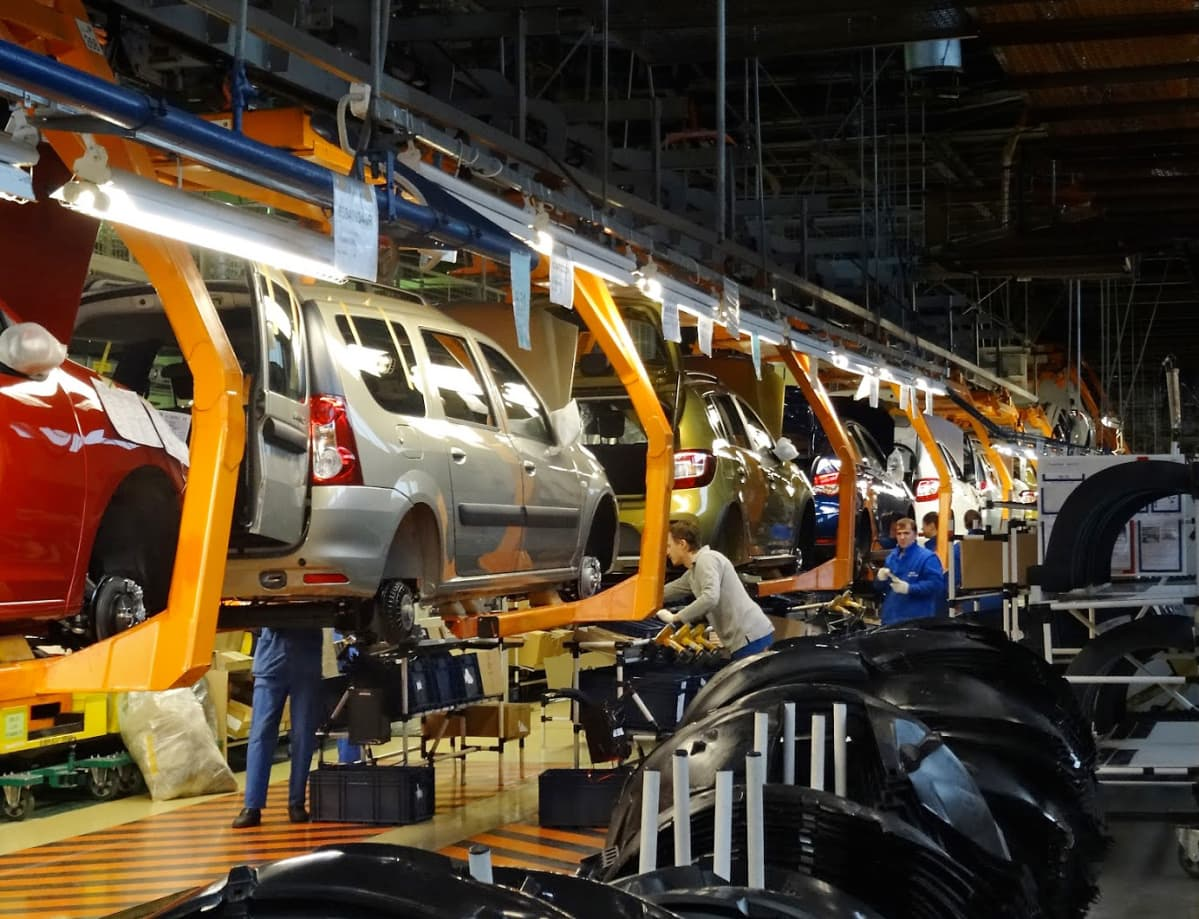 Ihmisiä töissä Ladan tehtaan kokoonpanolinjalla.