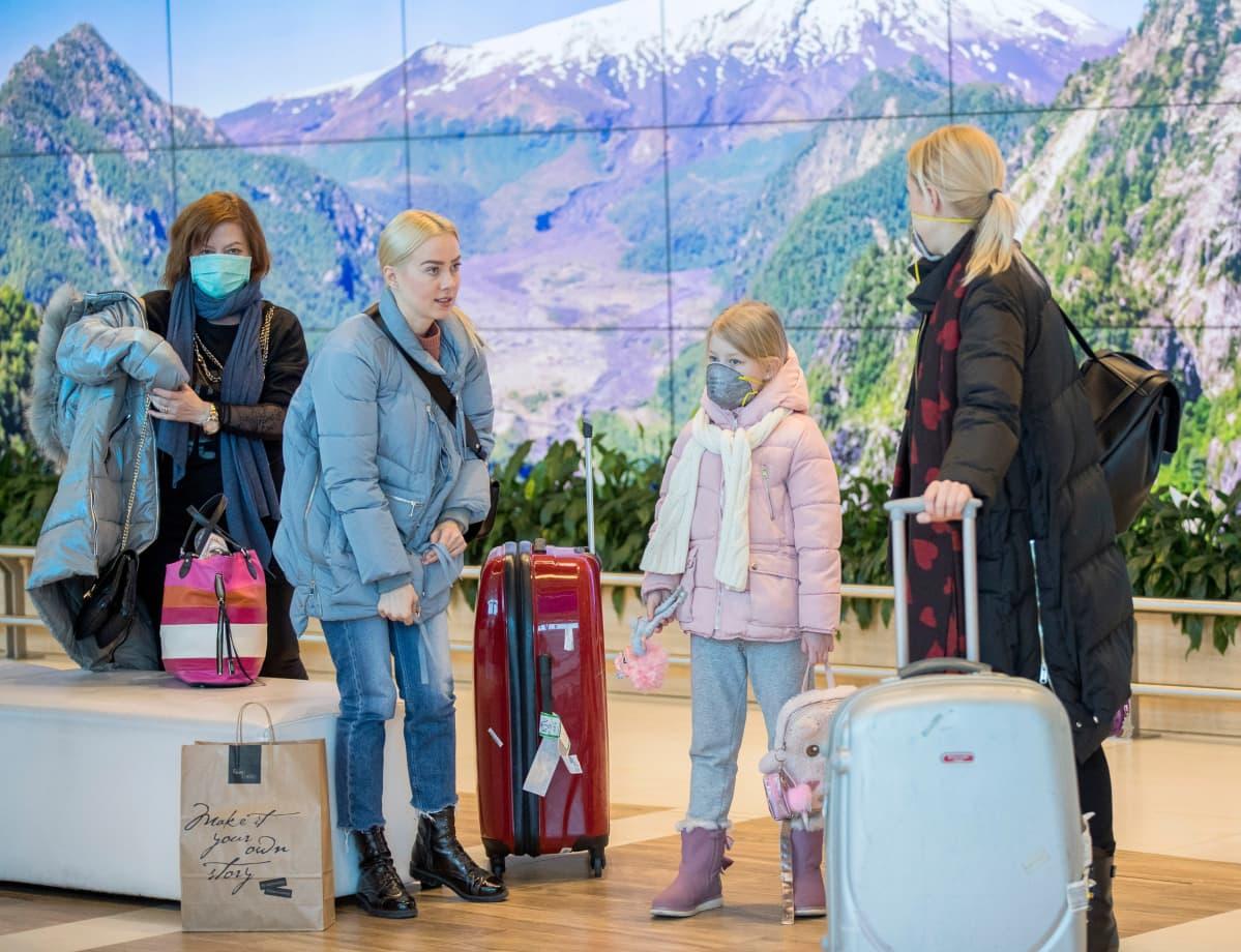 Matkailijoita Moldovan Chisinaun lentoasemalla.