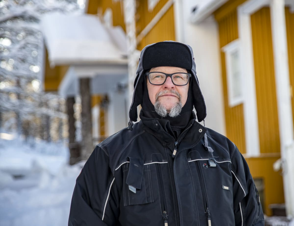 Timo Ruuska Valkinhovin pihalla.