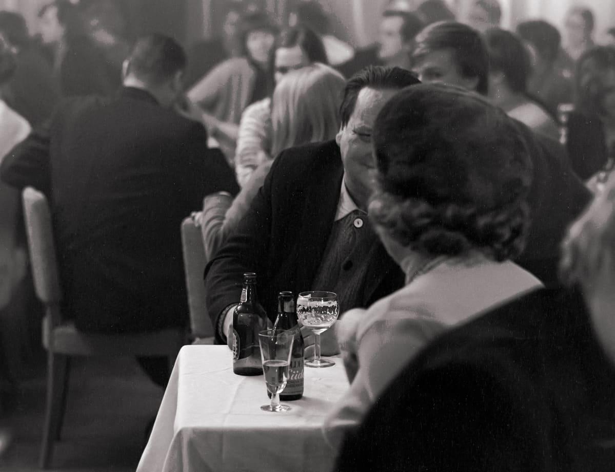 Ihmisiä ravintolassa Tampere 1.2.1970.