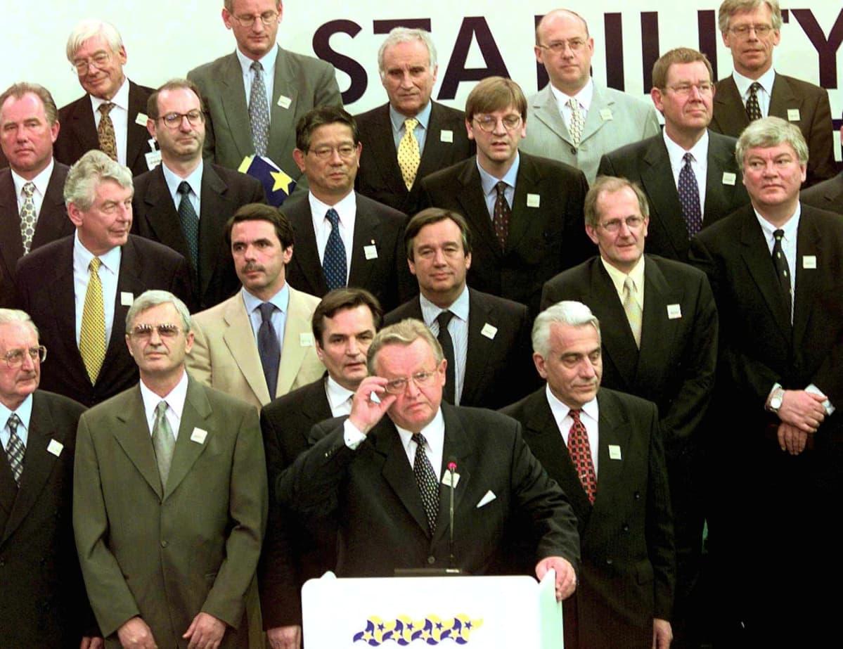 Martti Ahtisaari perhepotretissa Sarajevossa, Balkanin alueen vakaussopimuksen neuvotteluissa 30. heinäkuuta 1999.