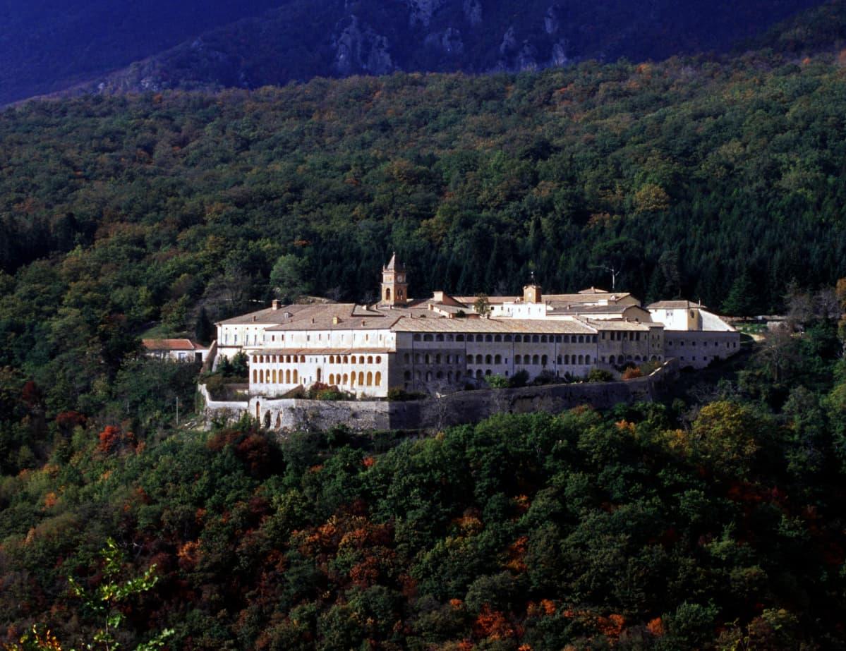 Luostari Italian trisulissa.