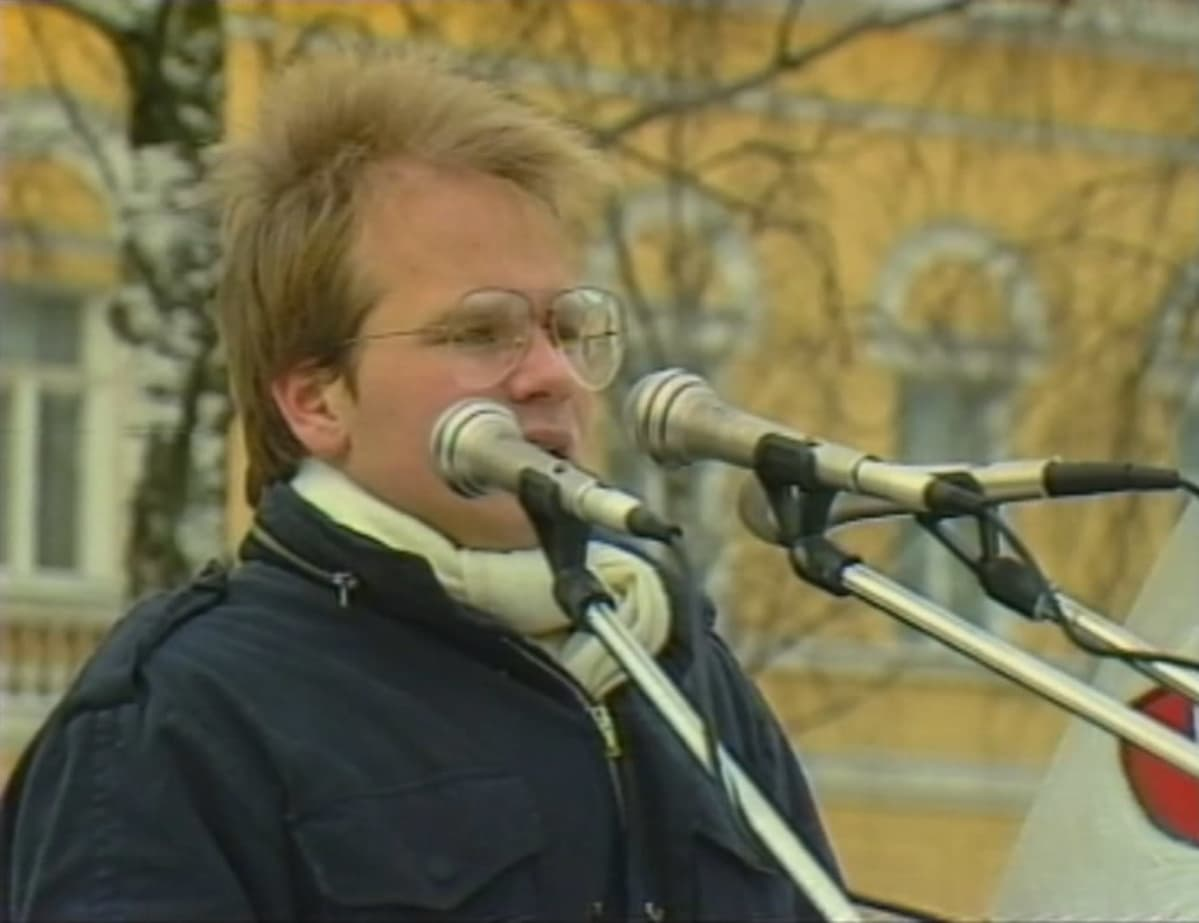 18-vuotias Jyrki Koivikko puhumassa nuorille Mikkelin torilla marraskuussa 1984 Kalevankankaan koulun lakkauttamista vastaan.