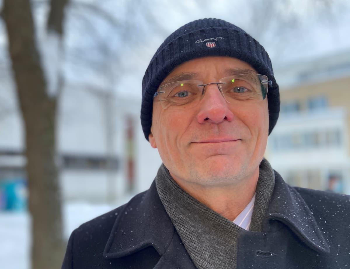 Mikkelin kaupunginjohtaja Timo Halonen kaupungintalon sisäpihalla.