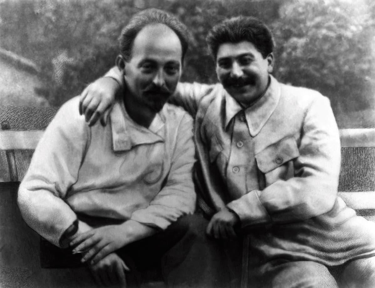 Mustavalkoisessa kuvassa Dzeržinski ja Stalin istuvat puutarhassa.Stalin pitää kättään Dzeržinskin olkapäällä. Molemmat hymyilevät, Stalin leveämmin.